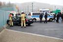 Les pompiers procédant à l'enlèvement du véhicule impliqué, mercredi, à Berlin