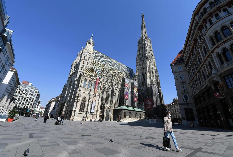 De Stephansdom in Wenen. Oostenrijk wil binnenkort de eerste maatregelen tegen de verspreiding van het coronavirus weer versoepelen. Beeld AFP