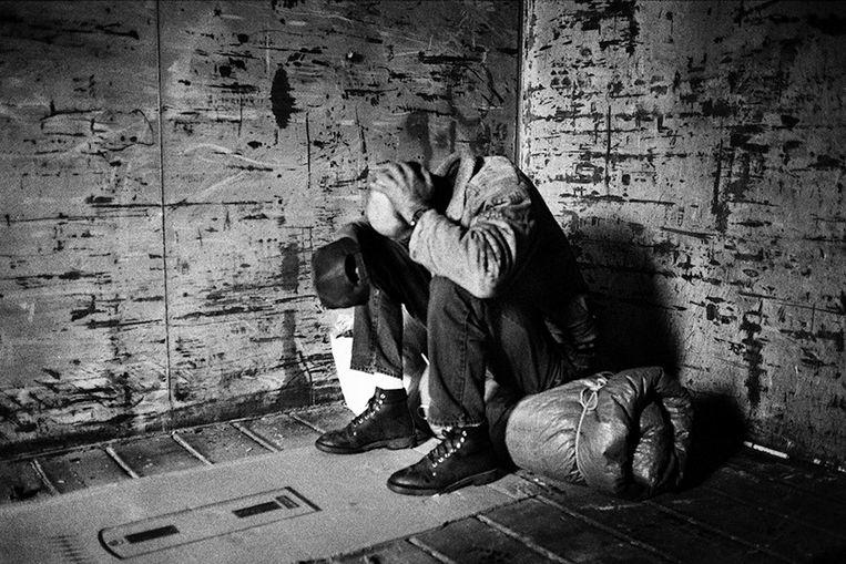 Hobo met kartonnen 'slaapmat' Beeld Stephan Vanfleteren