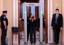 Afgevaardigde Marjorie Taylor Greene ondergaat de nieuwe veiligheidscontrole in het Capitool.