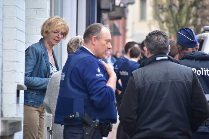 Christine Vandamme (links), de vrouw van juwelier Johan Verhaege, zette de overvallers een serieuze hak.