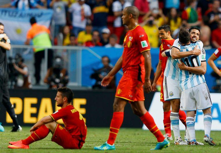 Garay omhelst Lionel Messi na de uitschakeling van de Rode Duivels op het WK.