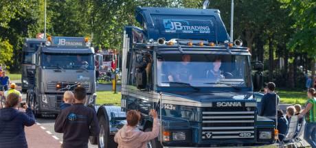 Brede glimlachen achter de ramen van de trucks tijdens 38e Truckrun