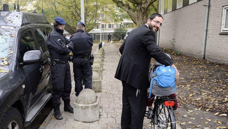 Beveiliging door de marechaussee bij school Cheider in Buitenveldert, vorig jaar. Beeld Evert Elzinga