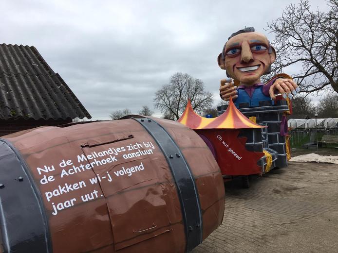 'Het thema van onze wagen is 'Cadeau Meiland', schrijft Casper Lenting. 'Volgend jaar bestaat onze carnavalsgroep CG Onvoorspelbaar elf jaar en dat is natuurlijk een jubileum! Daarom pakken wij volgend jaar uit en hebben wij dit jaar naast het kasteel van Martien Meiland meerdere cadeaus gemaakt.'