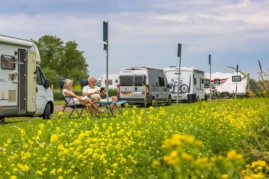 Jan van Rijn en Jeannie Bolwerk genieten van de rust en de natuur bij Loevestein.
