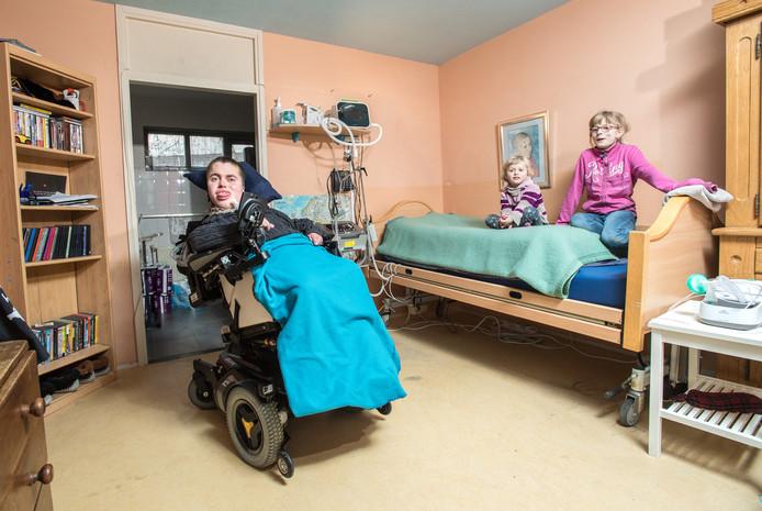 Mika van Voorst in zijn kamer thuis in Arnhem met zijn broertje en zusje.