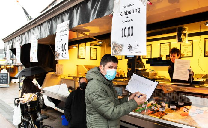 Bij de viskraam op Het Rond in Houten kunnen klanten behalve een bakje kibbeling halen ook hun handtekening zetten voor het referendum over de woningbouwplannen.