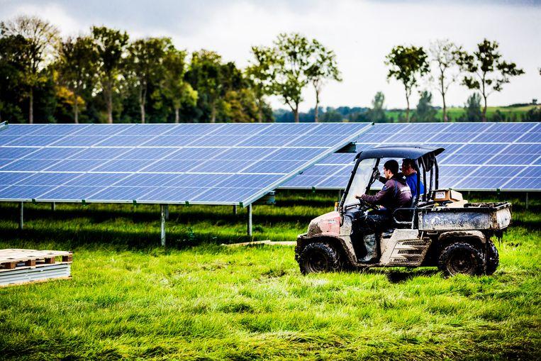 Een zonneweide in aanbouw in Flevoland Beeld Hollandse Hoogte / Rob Voss