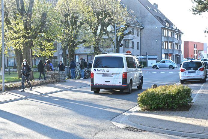 Veel politie, maar nagenoeg geen laatstejaars op het Hulstplein vrjijdagochtend op de Tieltse 50-dagenviering.