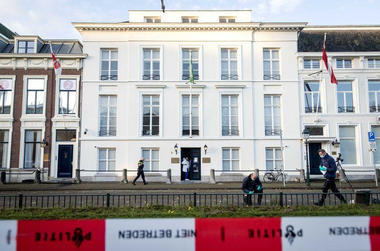 Politie doet onderzoek bij de Ambassade van Saoedi-Arabië in Den Haag nadat deze is beschoten.  Beeld ANP