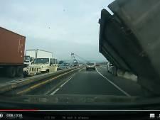 Le poids lourd se disloque sous ses yeux sur l'autoroute