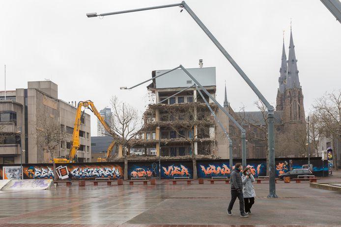 Sloopwerkzaamheden aan de panden van de noordwand van het Stadhuisplein in Eindhoven.
