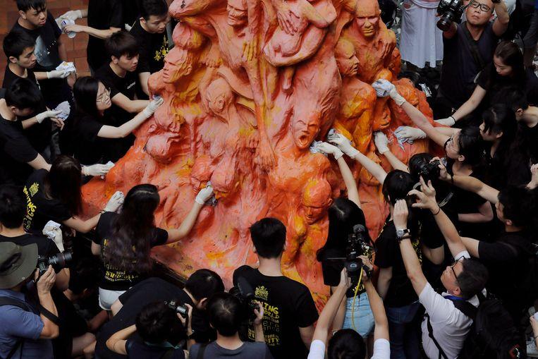 In 2019 namen 180.000 mensen deel aan de herdenking. Studenten maakten als statement de 'Zuil der schande' schoon, een monument ter nagedachtenis van de slachtoffers die vielen op Tiananmen. Beeld AP