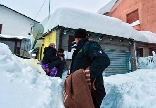 Agenten helpen een bejaarde vrouw uit haar woning