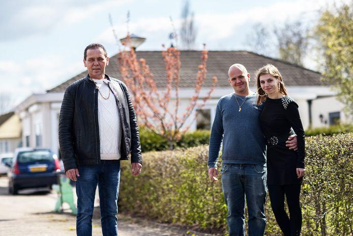 John Verbaandert (links) is woordvoerder van de bewoners van woonwagenkamp Etten-Leur. HIj strijdt voor uitbreiding. Rechts medebewoners en mede-familieleden Karel en Naomi Verbaandert.