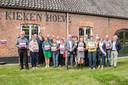 Alle gastheren en -vrouwen van het Grenspark Kalmthoutse Heide ontvingen bij de Kiekenhoeve in Essen hun gloednieuwe gastheerbordje.