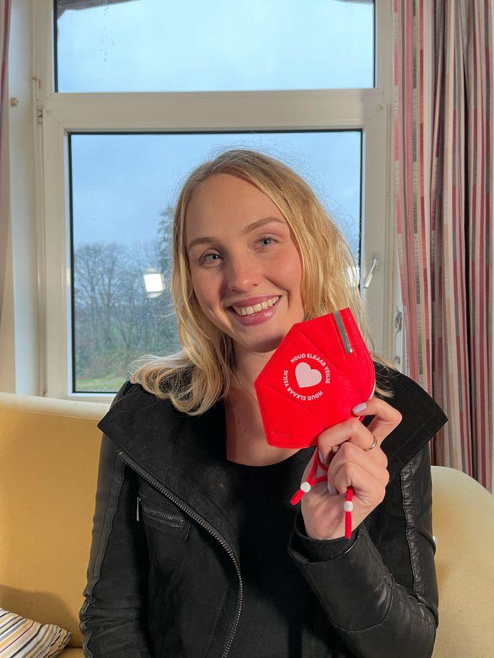 Lisanne Spaander ontwikkelde een goed beschermend mondkapje voor kwetsbare mensen. Komend weekeinde worden de eerste vijfduizend exemplaren overhandigd aan een verzorgingshuis in Assen.