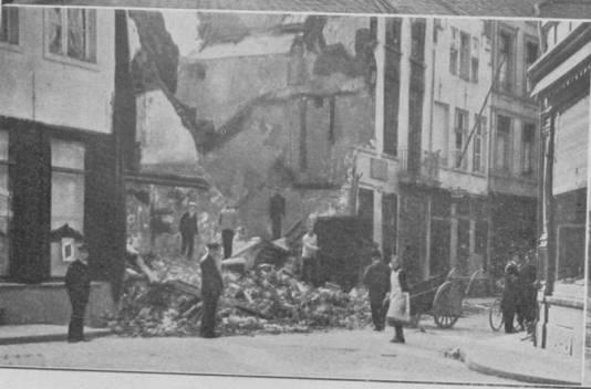 De Meirbrug werd helemaal plat gebombardeerd. Op de nieuwe vrije ruimte werd onder meer de Boerentoren gezet, in 1930.