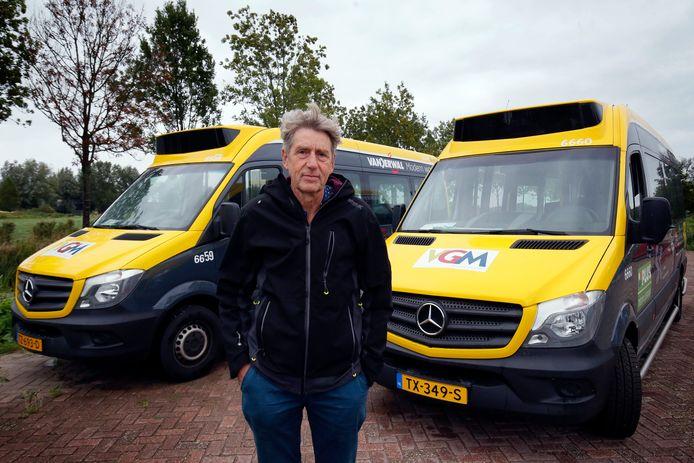 """De twee bussen van Buurtbus De Linge staan vanwege corona al maanden aan de kant van de weg. Bestuurslid en chauffeur Frans de Beer: ,,Het rijden, het contact met de mensen: dat valt ineens weg."""""""