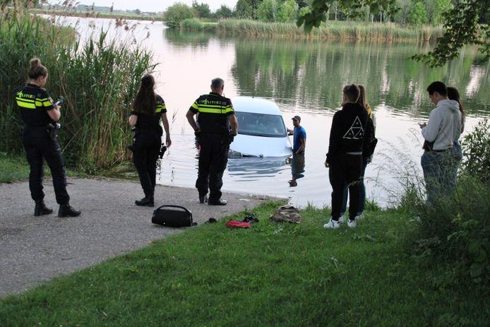 De auto gleed vanaf de boothelling het water in. Jongeren voorkwamen dat hij afdreef.