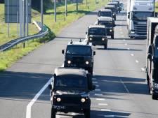 Britse legercolonnes trekken grens over bij De Lutte