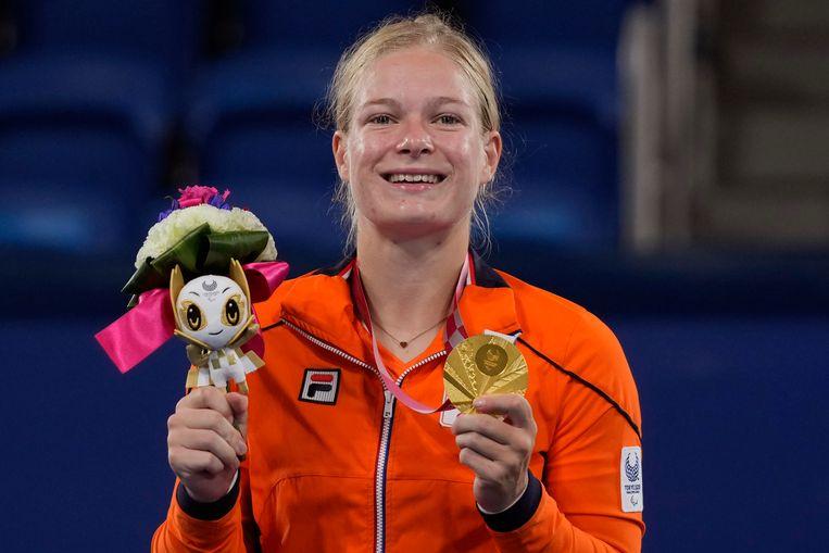 Diede de Groot toont haar gouden medaille. Beeld AP