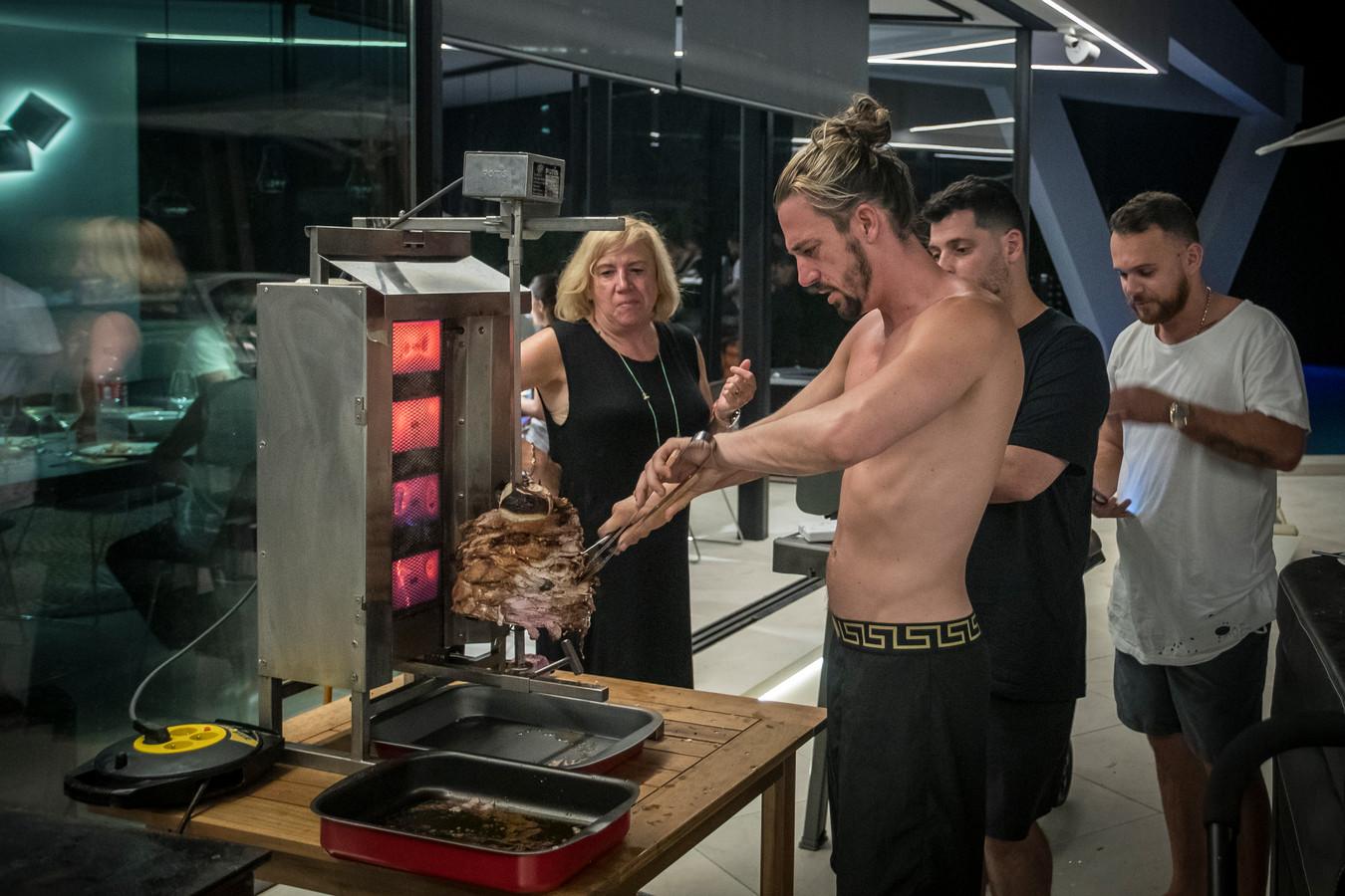Mike probeert zijn shoarma-machine aan de praat te krijgen voor een heerlijke gyros maaltijd samen met de familie.