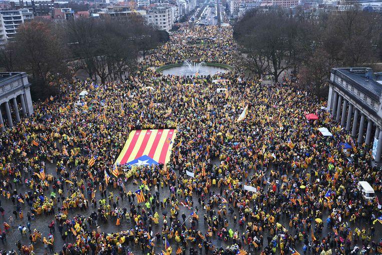 Tienduizenden Catalanen betoogden vorige week in Brussel uit steun voor de afgezette Catalaanse separatistische regering. Beeld AFP
