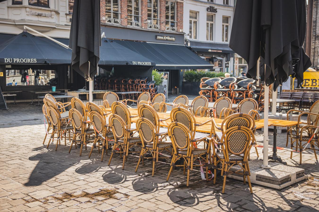 Bedrijvigheid alom: overal worden de terrassen klaargezet.