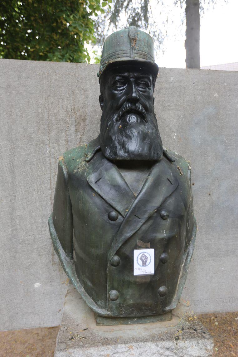 Op de buste van Leopold II in Halle hangt intussen een logo van de Black Lives Matter-beweging. Beeld Mozkito