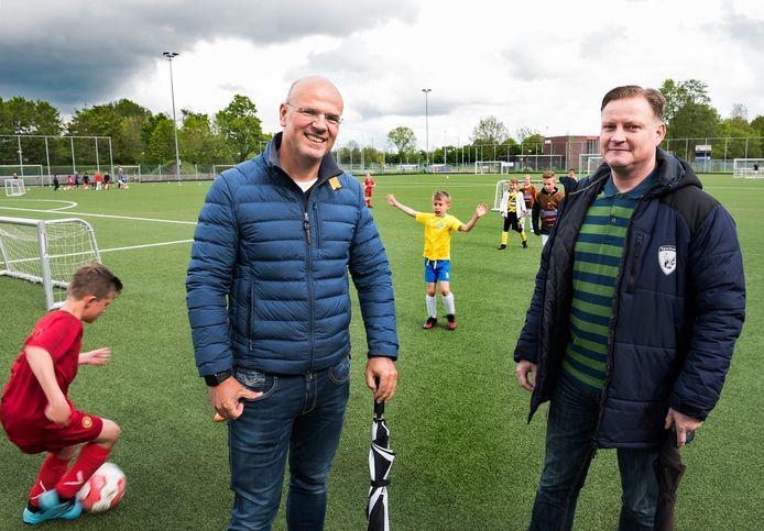 Martijn Kemp (links) van VEP en Gerhart de Jong van Sportlust zijn initiatiefnemers van het plan om jeugd onder 12 jaar van verschillende clubs in de gemeente Woerden weer tegen elkaar te laten voetballen.