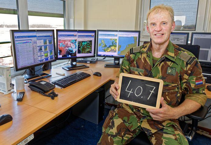 Meteoroloog luitenant Albert van vliegbasis Gilze-Rijen in de verkeerstoren van de basis, waar de recordtemperatuur van 40.7 graden werd gemeten.