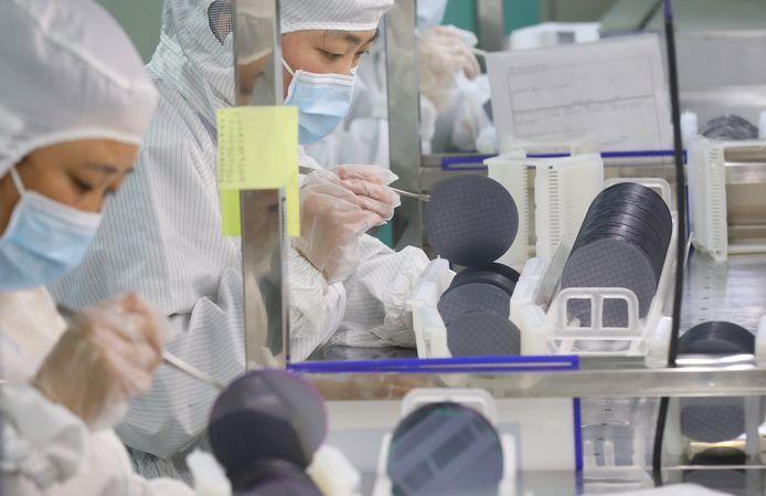 De productie van siliciumschijven (wafers) die nodig zijn voor het maken van chips, op een werkplaats van Jiejie Semiconductor Co in China.
