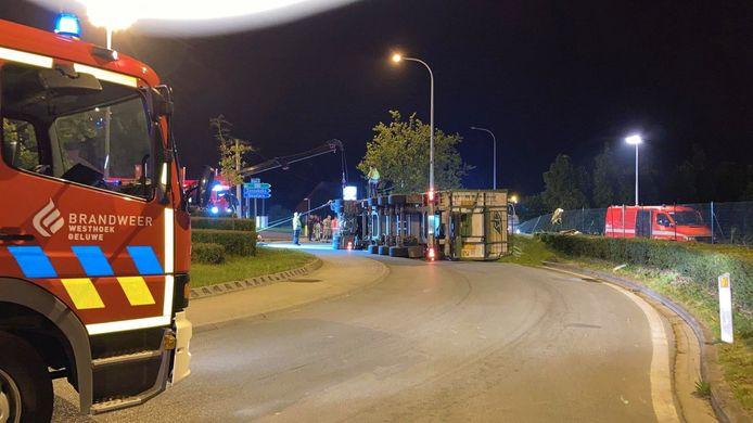 De vrachtwagen met erwten kantelde op een rotonde in Geluveld.