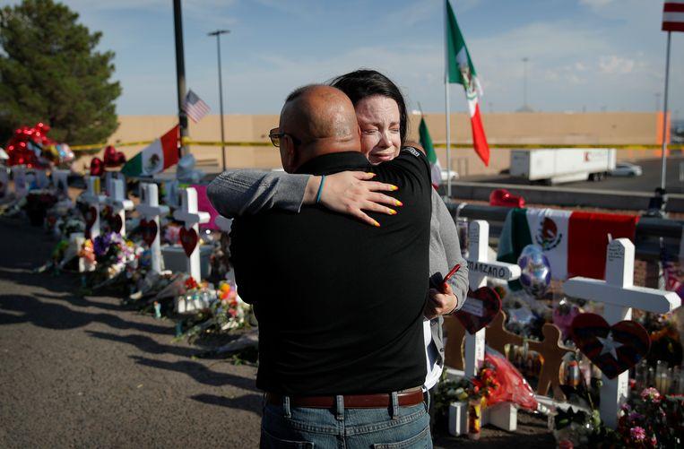 Mensen troosten elkaar na de schietpartij in El Paso. Beeld AP