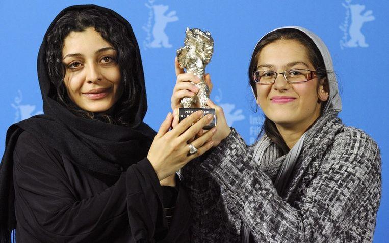 Actrices Sareh Bayat en Sarina Farhadi zijn dolblij met de zilveren beer Beeld EPA
