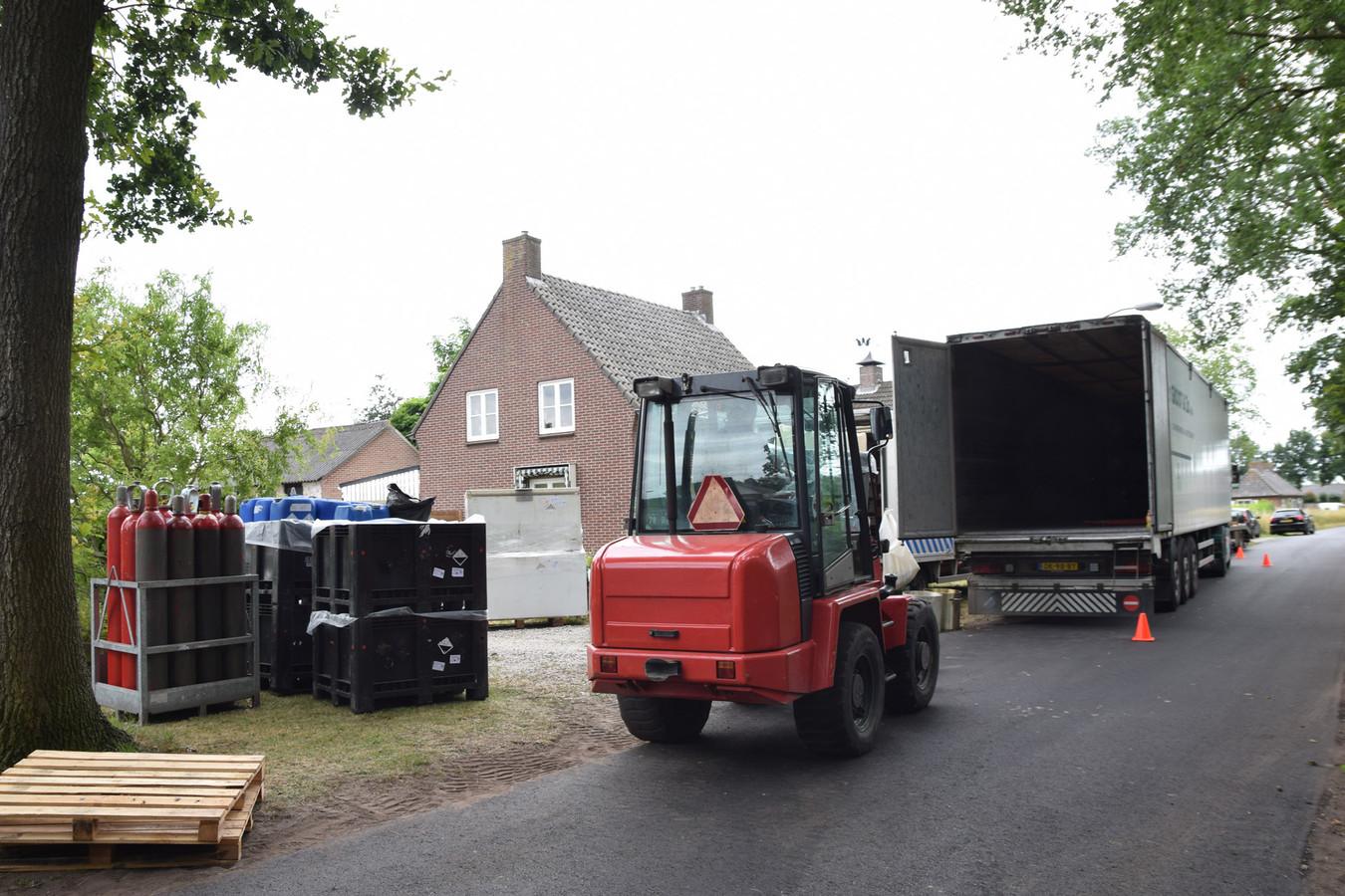 De chemicalien die vorige zomer werden gevonden bij het drugslab aan de Helstraat in Reek.