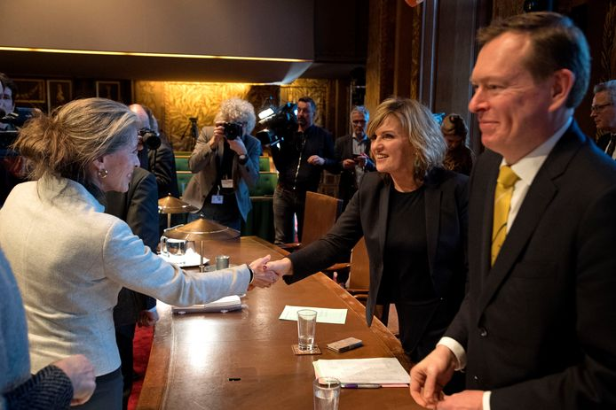 D66-Kamerlid Pia Dijkstra (r) wordt gefeliciteerd na de succesvolle stemming in de Eerste Kamer over haar initiatiefvoorstel om een actief donorregistratiesysteem in te voeren. (archieffoto)