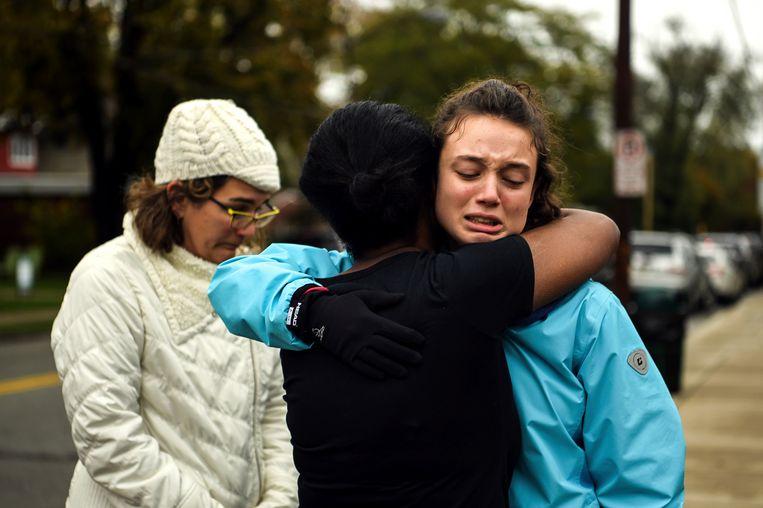 Mensen verzamelen zich rond de Tree of Life synagoge, waar een schutter elf mensen vermoordde en meerdere mensen verwondde.  Beeld AP