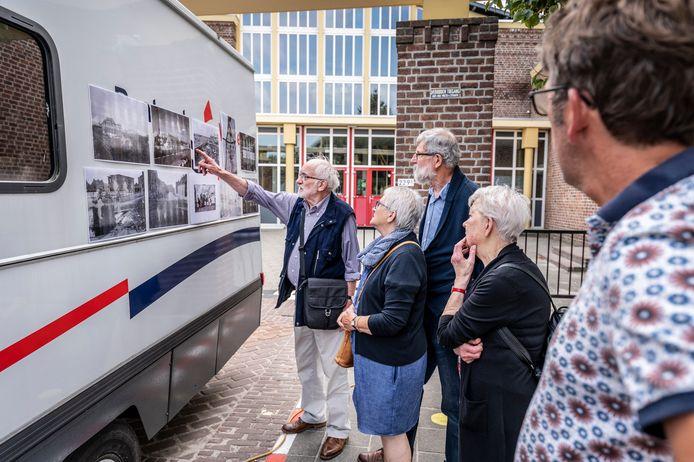 Bewoners van de Schadewijk halen herinneringen op bij oude foto's. Jan Ulijn (links) kan er vaak meer over vertellen.