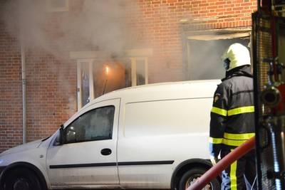 Woning uitgebrand in Breda, bewoonster hoort knallen en weet op tijd te ontkomen