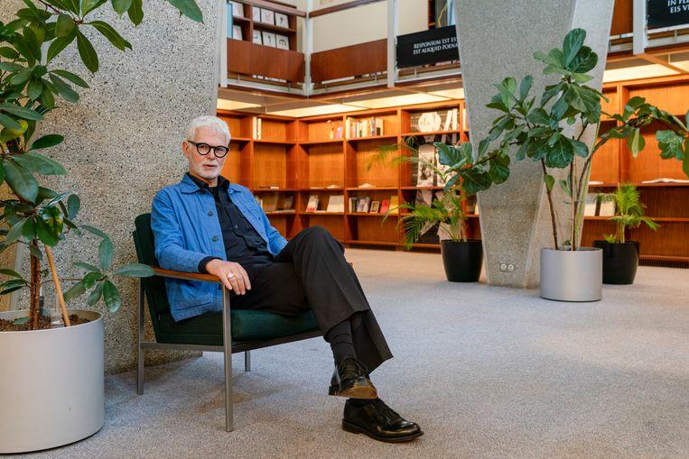 Rein Wolfs, directeur van het Stedelijk Museum Amsterdam, in de voormalige ambassade van de Verenigde Staten in Den Haag, een gebouw van architect Marcel Breuer. Beeld Jordi Huisman