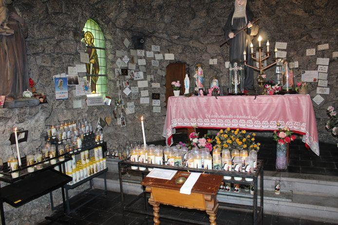 Achter de grot vind je ook een kapel voor de Heilige Rita.