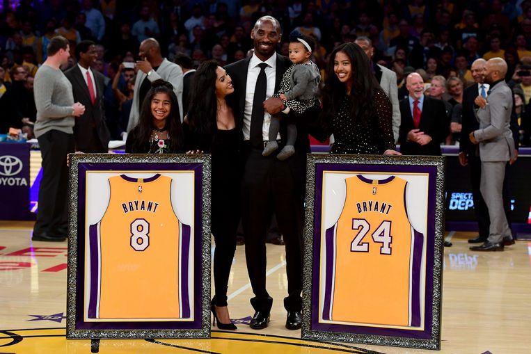 De familie Bryant tijdens een wedstrijd van de LA Lakers in december 2017. V.l.n.r. Gianna, Vanessa, Kobe, Bianka en Natalia.
