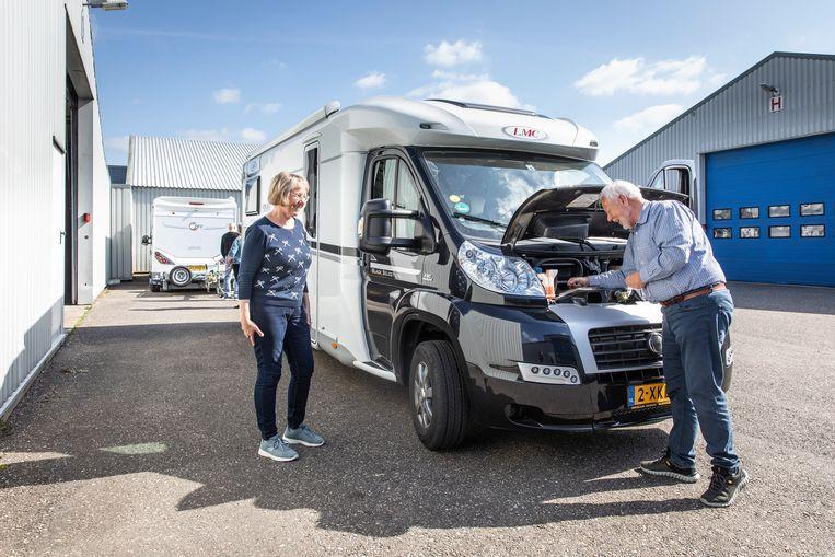 Hélène en Wim Janssen gaan een weekeindje naar de Veluwe met de camper. Beeld Dingena Mol