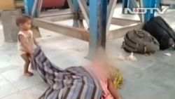 Schokkende beelden van peuter die overleden moeder probeert wakker te maken gaan de wereld rond
