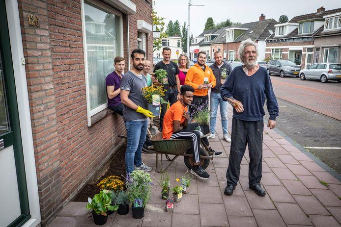 De Nieuwstraat heeft er een geveltuintje bij. Aangelegd voor de woning van Jacob Post door stichting Present Almelo. Rechtsvoor bewoner Jacob Post. Rechts achter Dominique Veenhof.