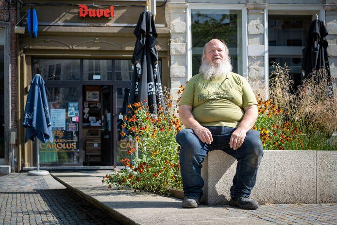 Gerard Walschaerts heropent biercafé Den Stillen Genieter op de Korenmarkt ondanks een waterlek in de kelder.