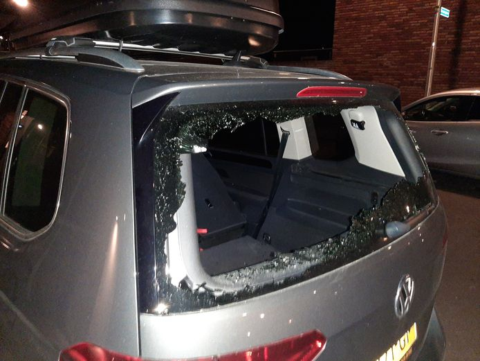 Een verwarde man sloeg eerder dit jaar de achterruit van een auto kapot